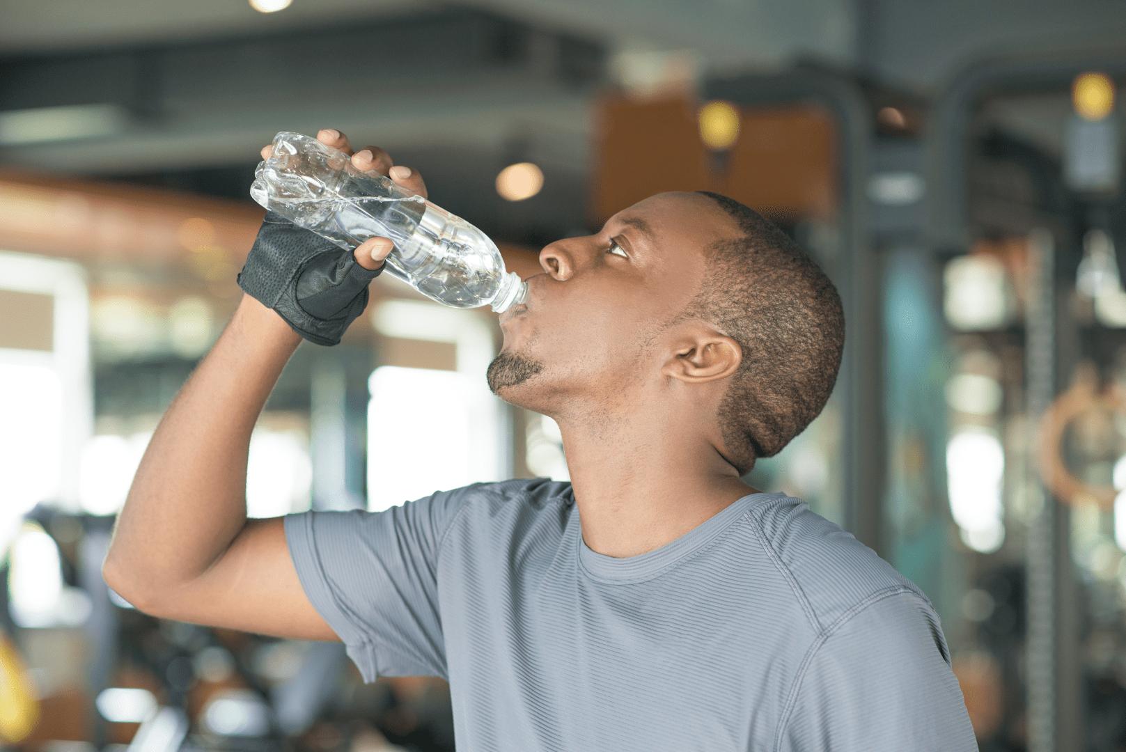 desidratacao homem bebendo agua
