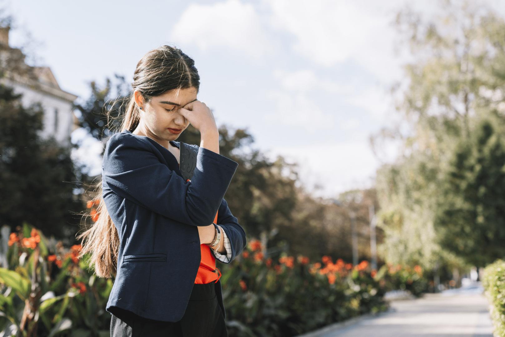 estresse mulher resopirando perto de flores