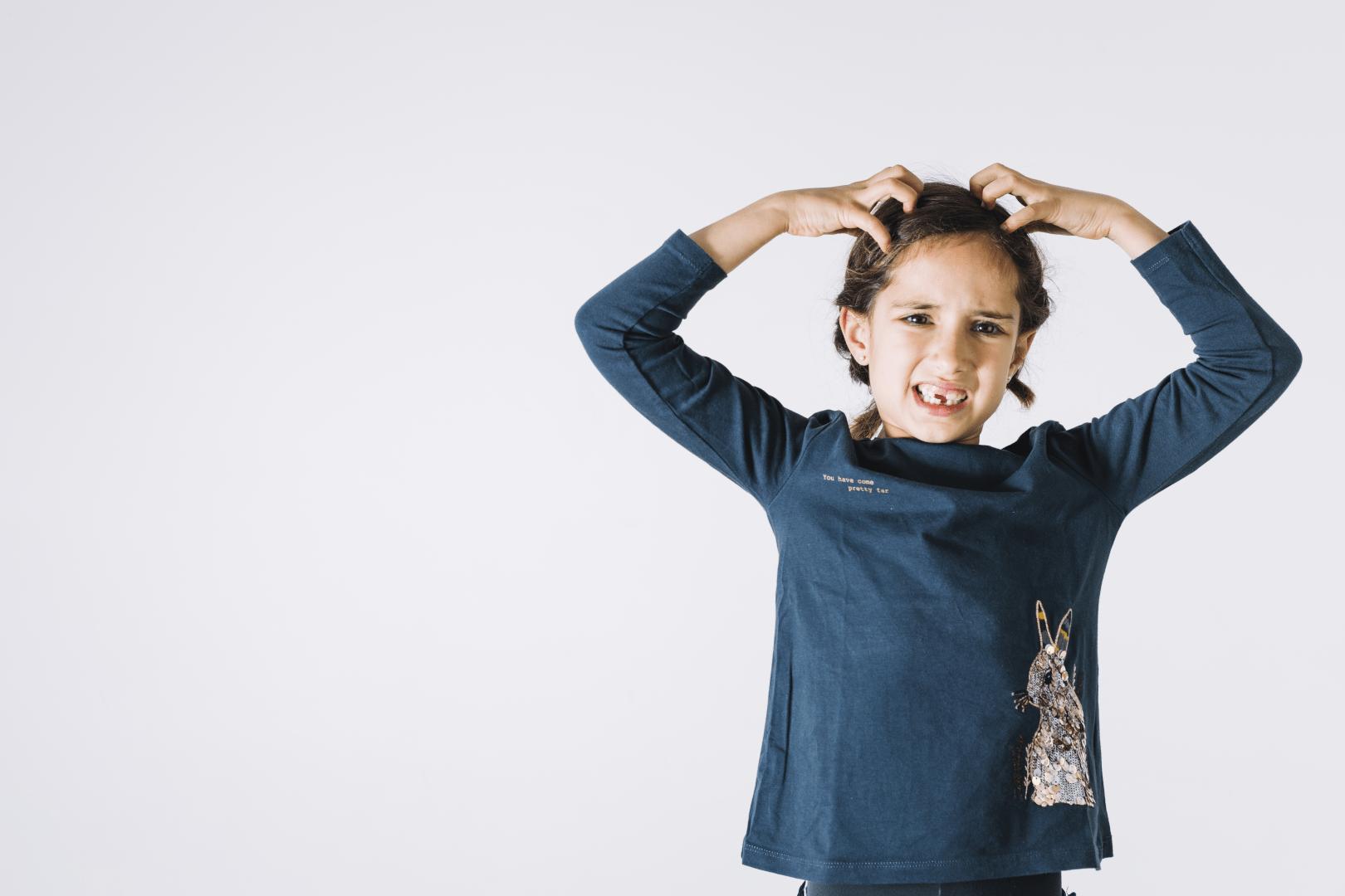 estresse crianca brava com as maos na cabeca