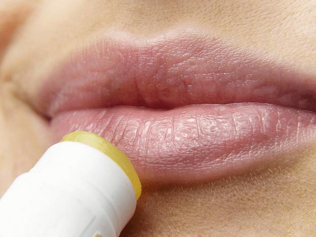 herpes genital mulher passando hidratante labia na boca