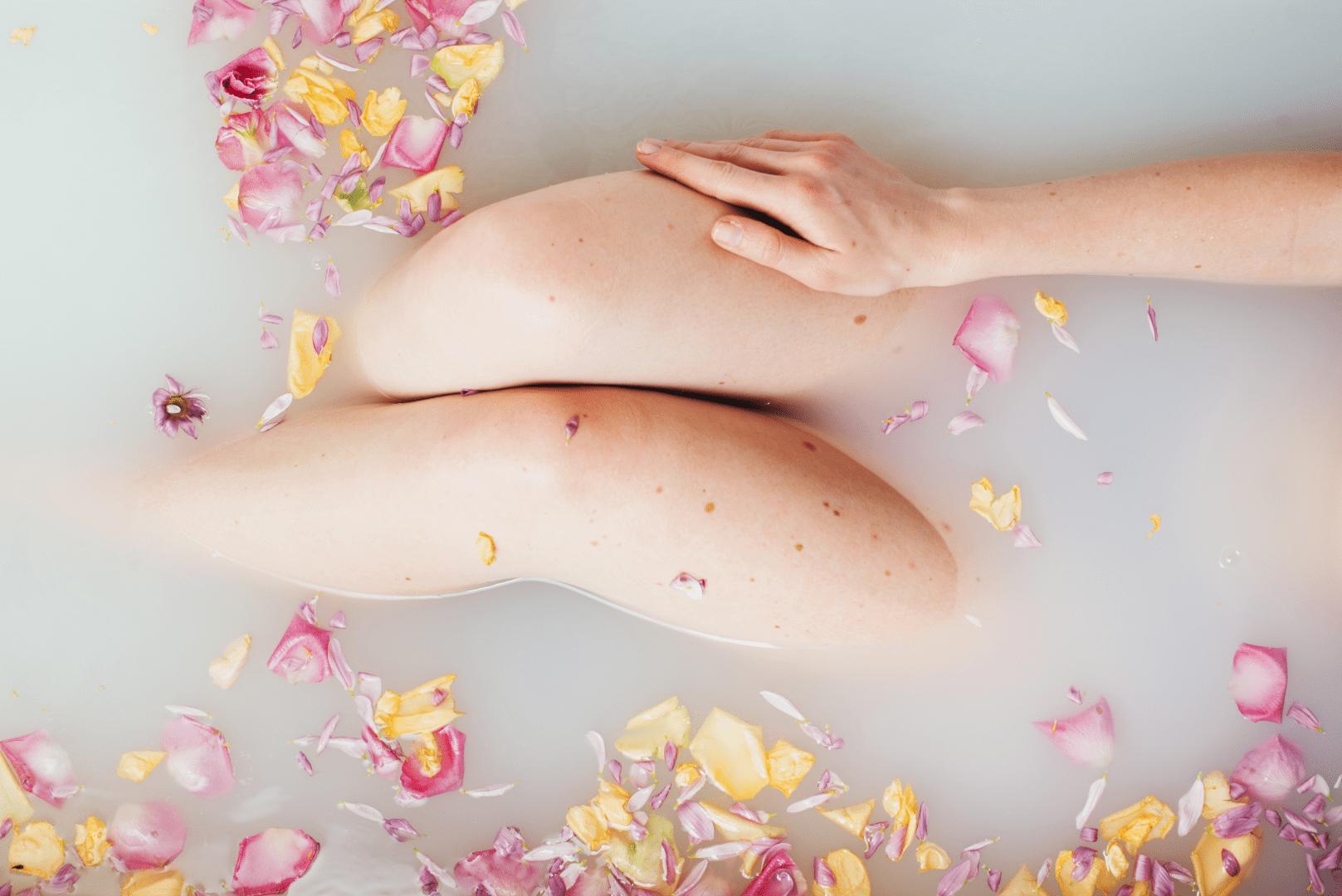 herpes genital mulher deitada em uma banheira só mosrtando as pernas