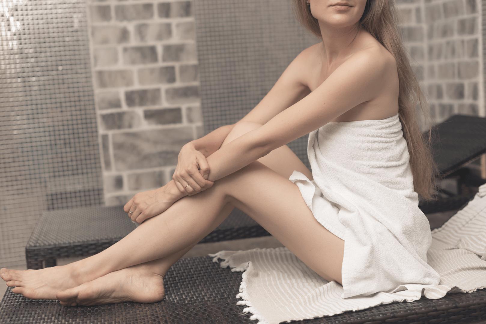 herpes genital mulher de toalha sentada