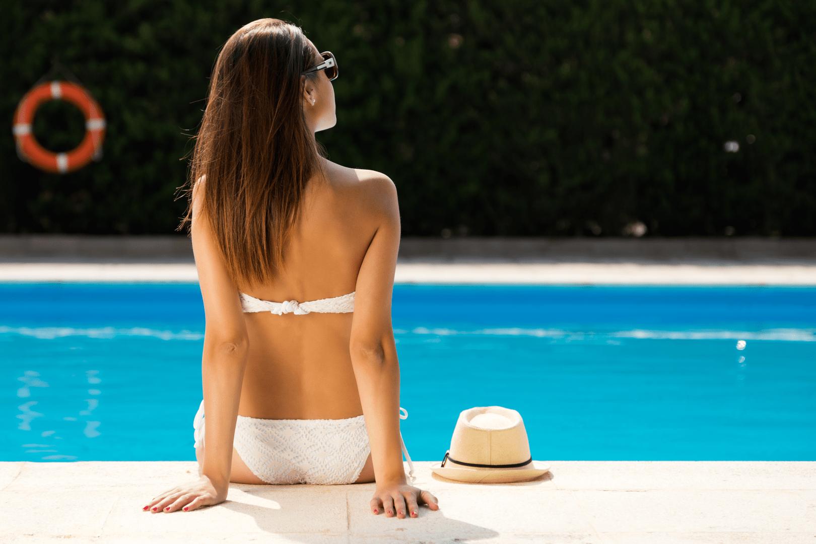 insolacao mulher com os pes na piscina