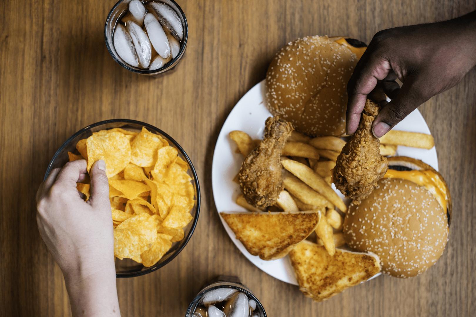 intoxicacao alimentar pessoas pegando comida com as maos