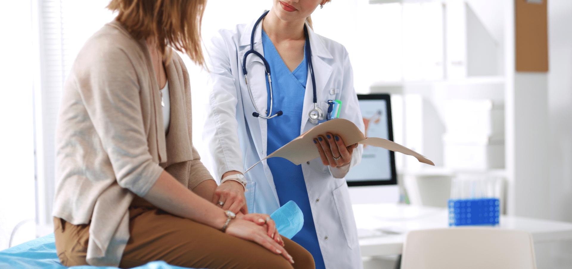 gonorreia mulher no consultorio sendo atendida por uma medica