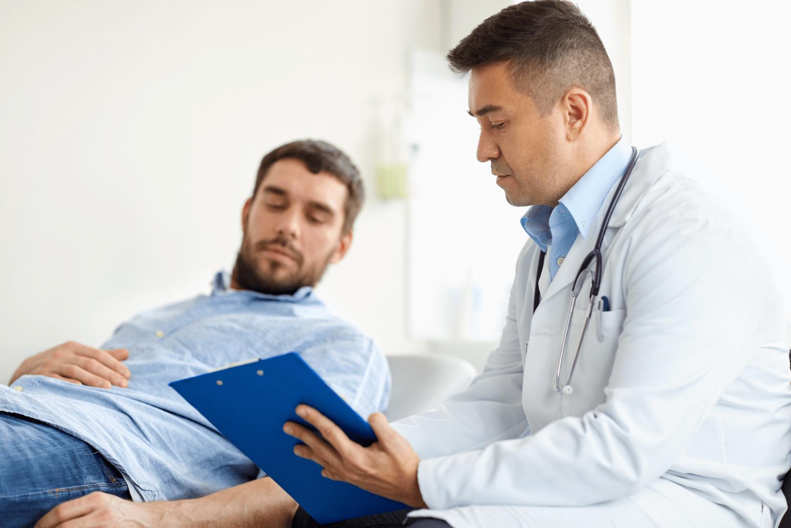 gonorreia homem sendo atendido por um medico