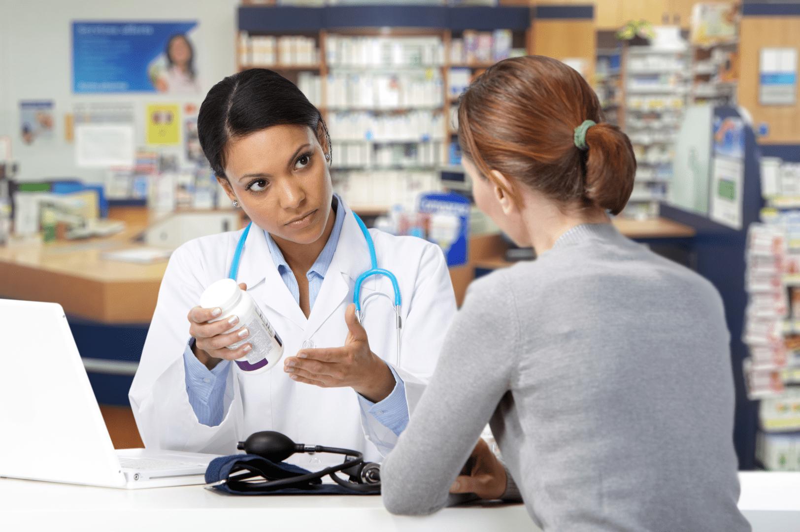 gonorreia mulher conversando com uma medica