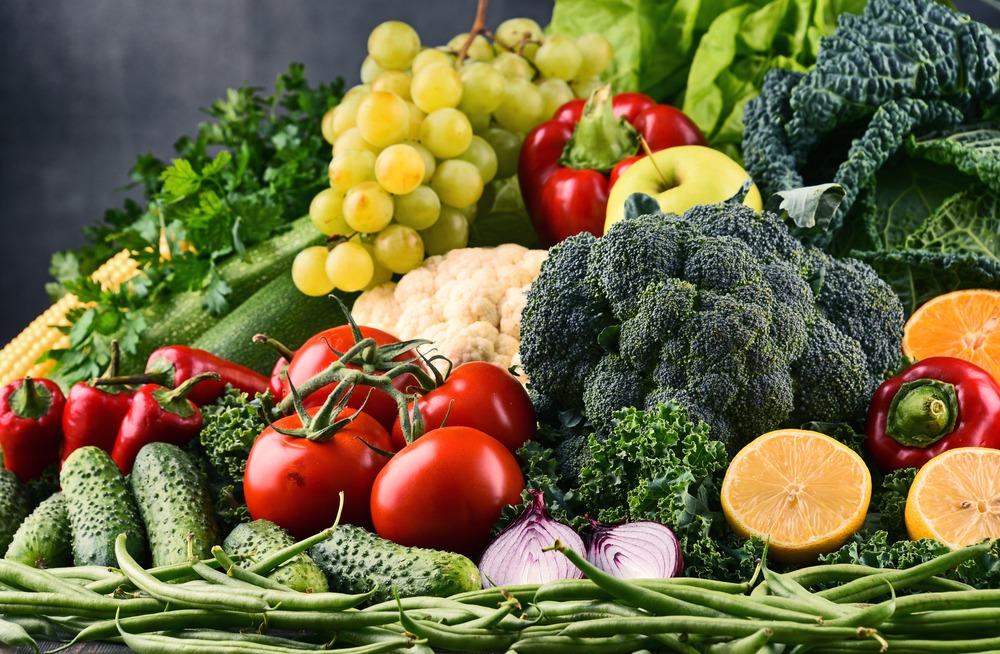 cuidados com a pele no inverno legumes e frutas dentro de uma cesta