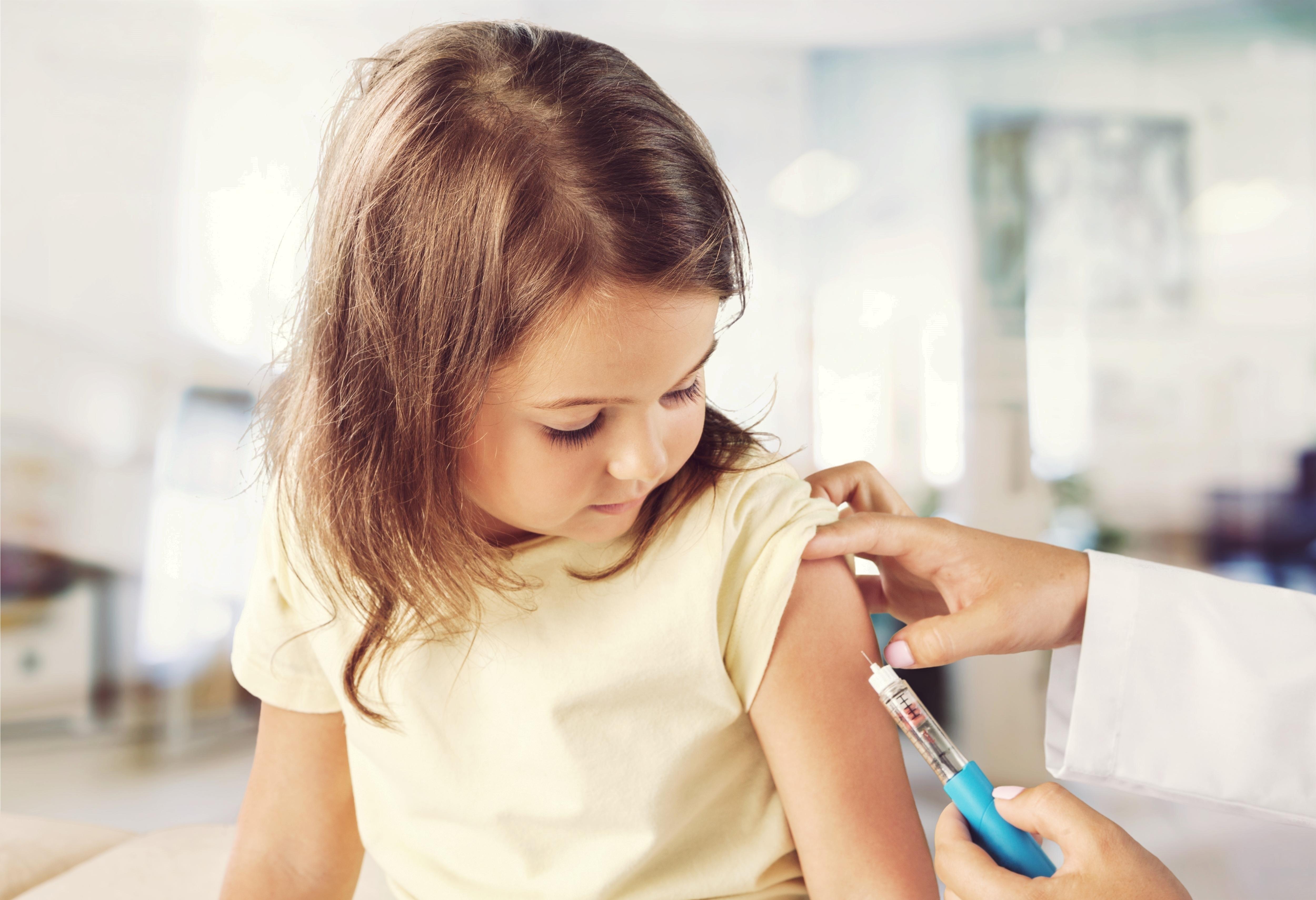 sarampo crianca sendo vacinada