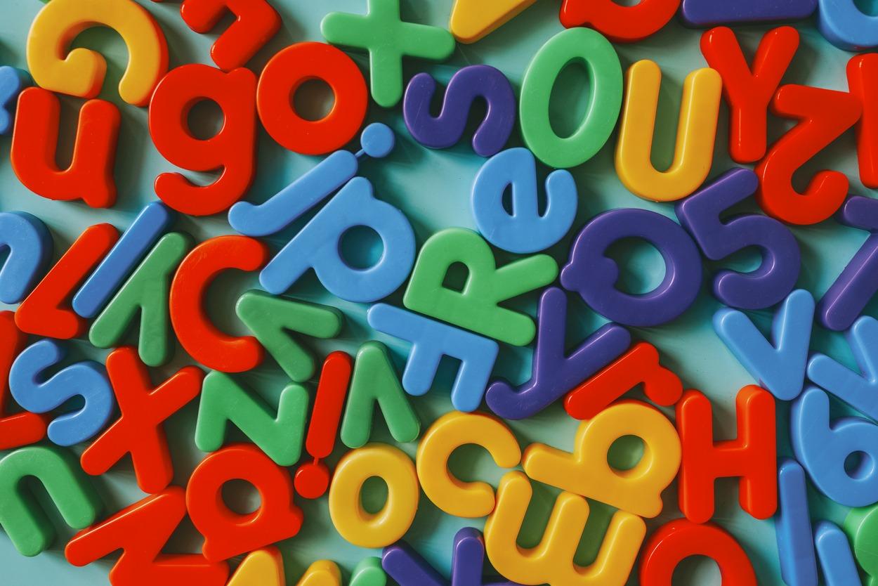 letras de brinquedo espalhadas