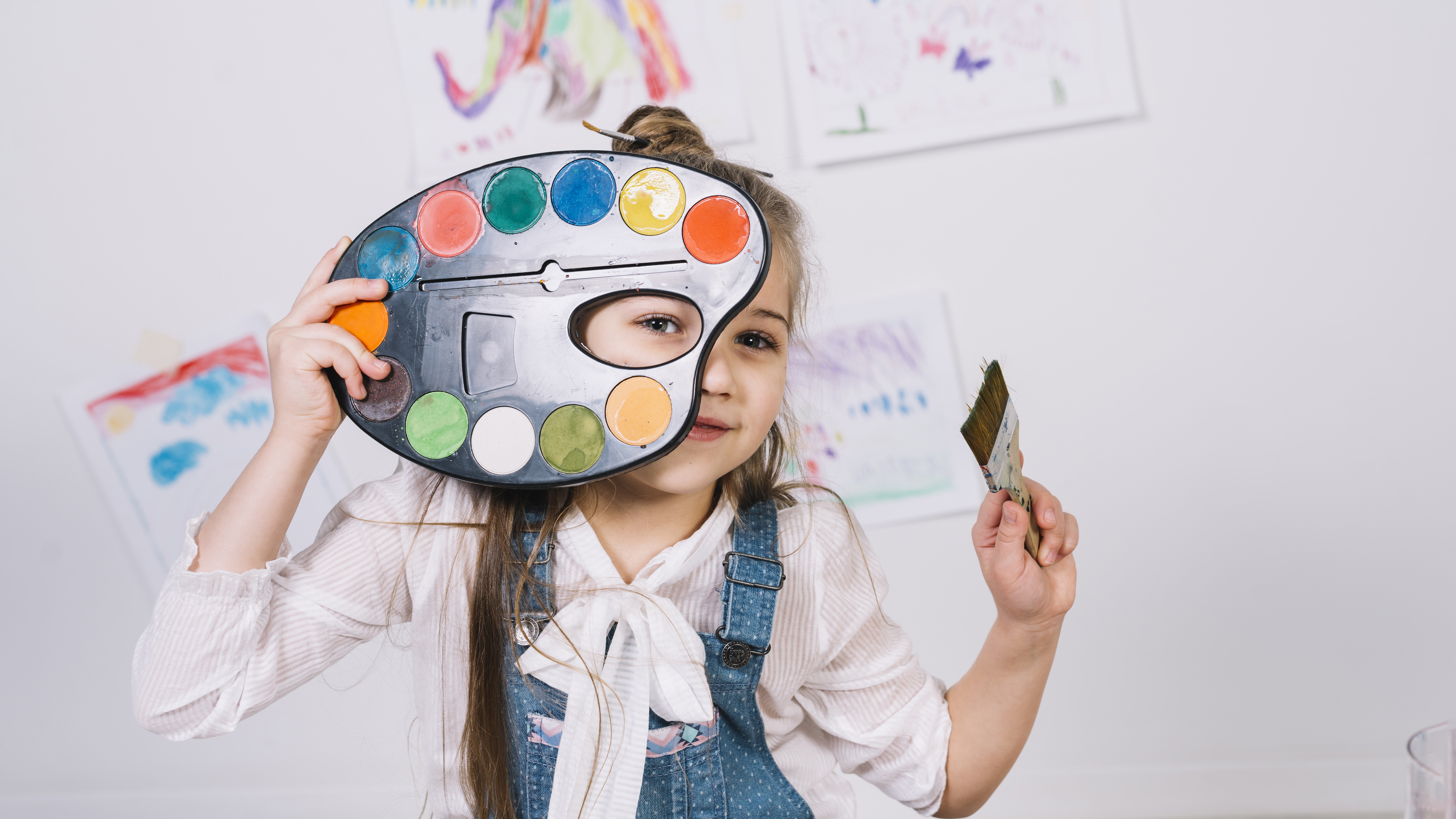 crianca brincando com tintas