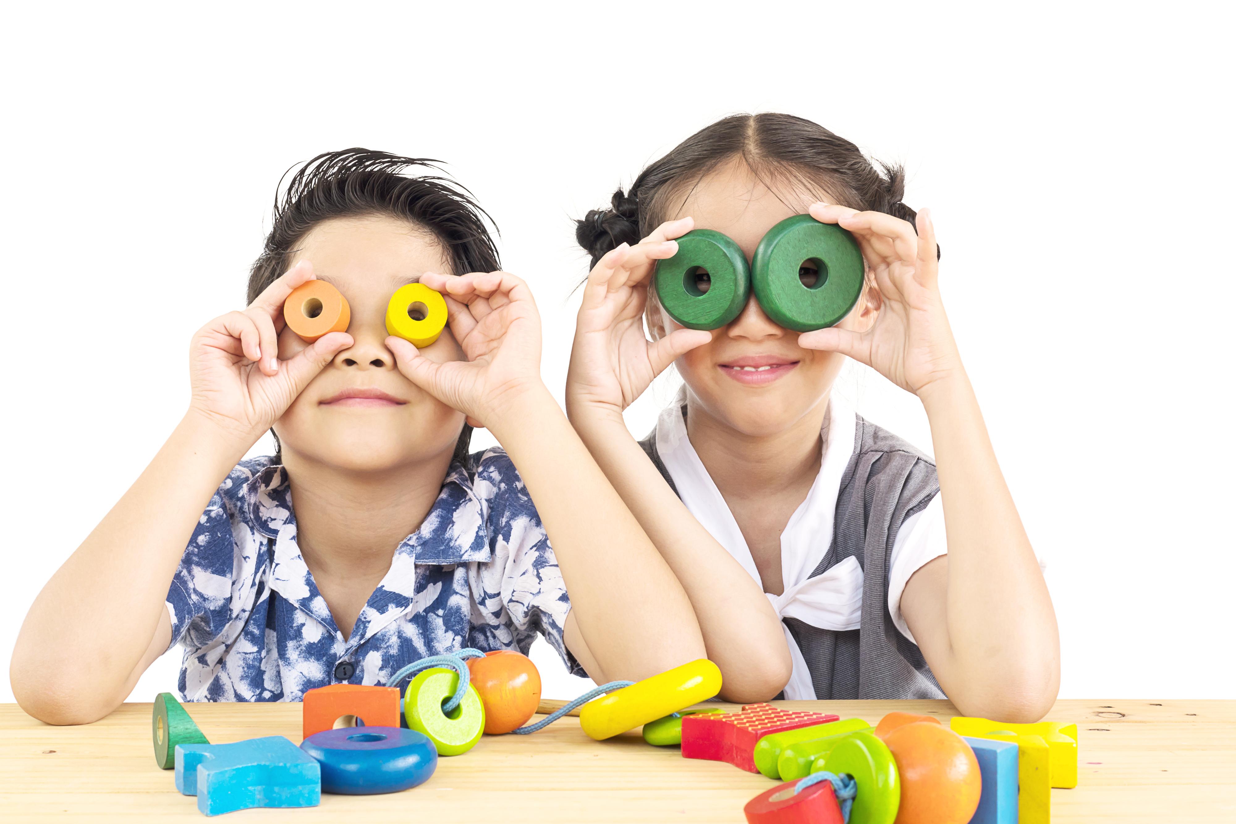 criancas brincando com objetos cilindros atividades educativas
