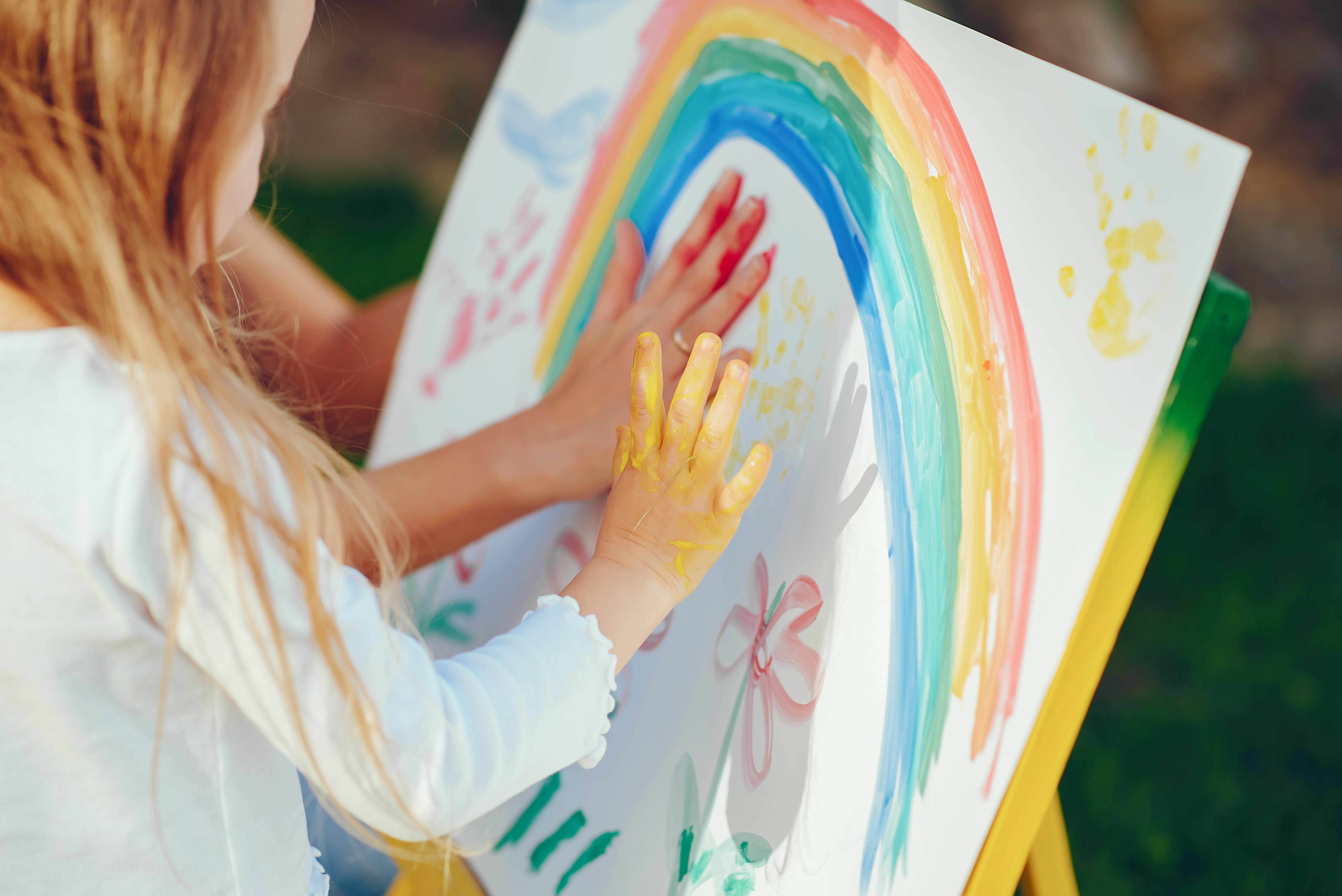 crianca pintando com as maos atividades educativas