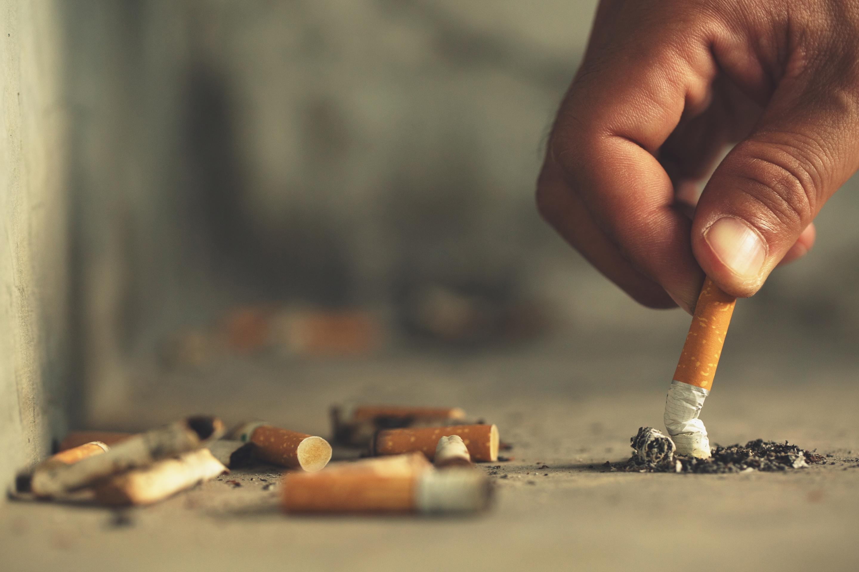 pessoa amassando um cigarro