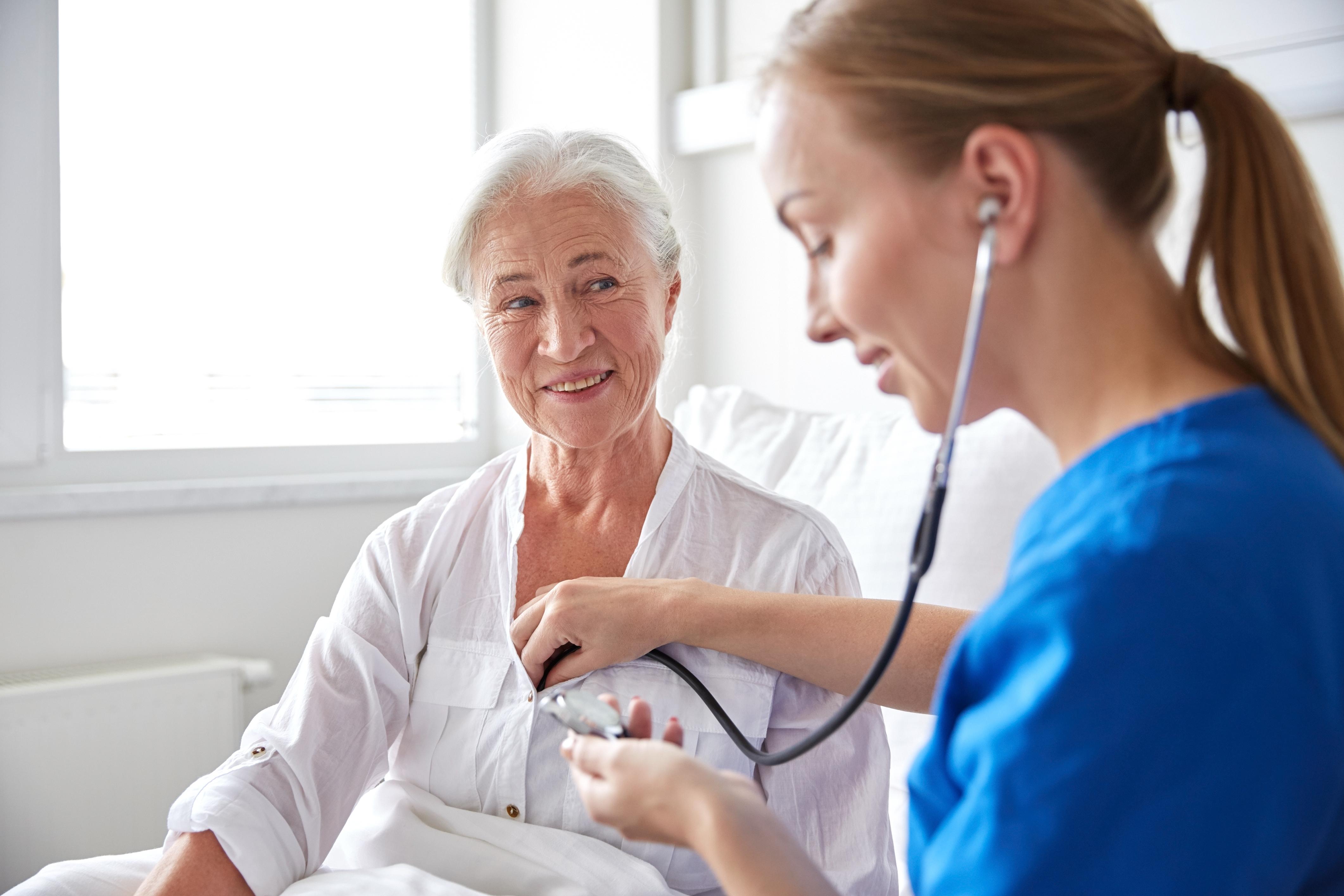medica examinando paciente idosa