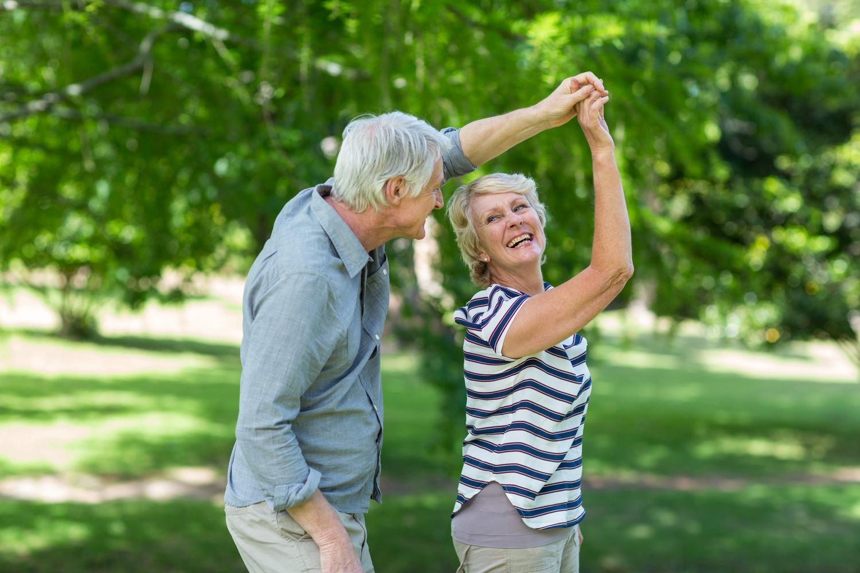 casal da terceira idade dancando