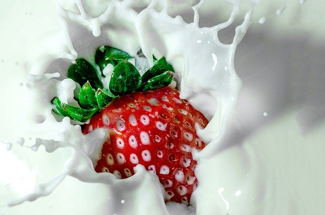 morango imerso em leite