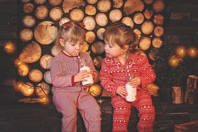 duas meninas criancas bebendo leite