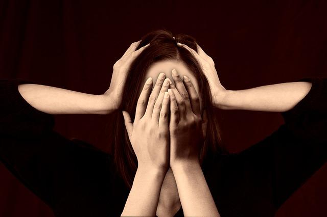 mulher escondendo o rosto com as maos