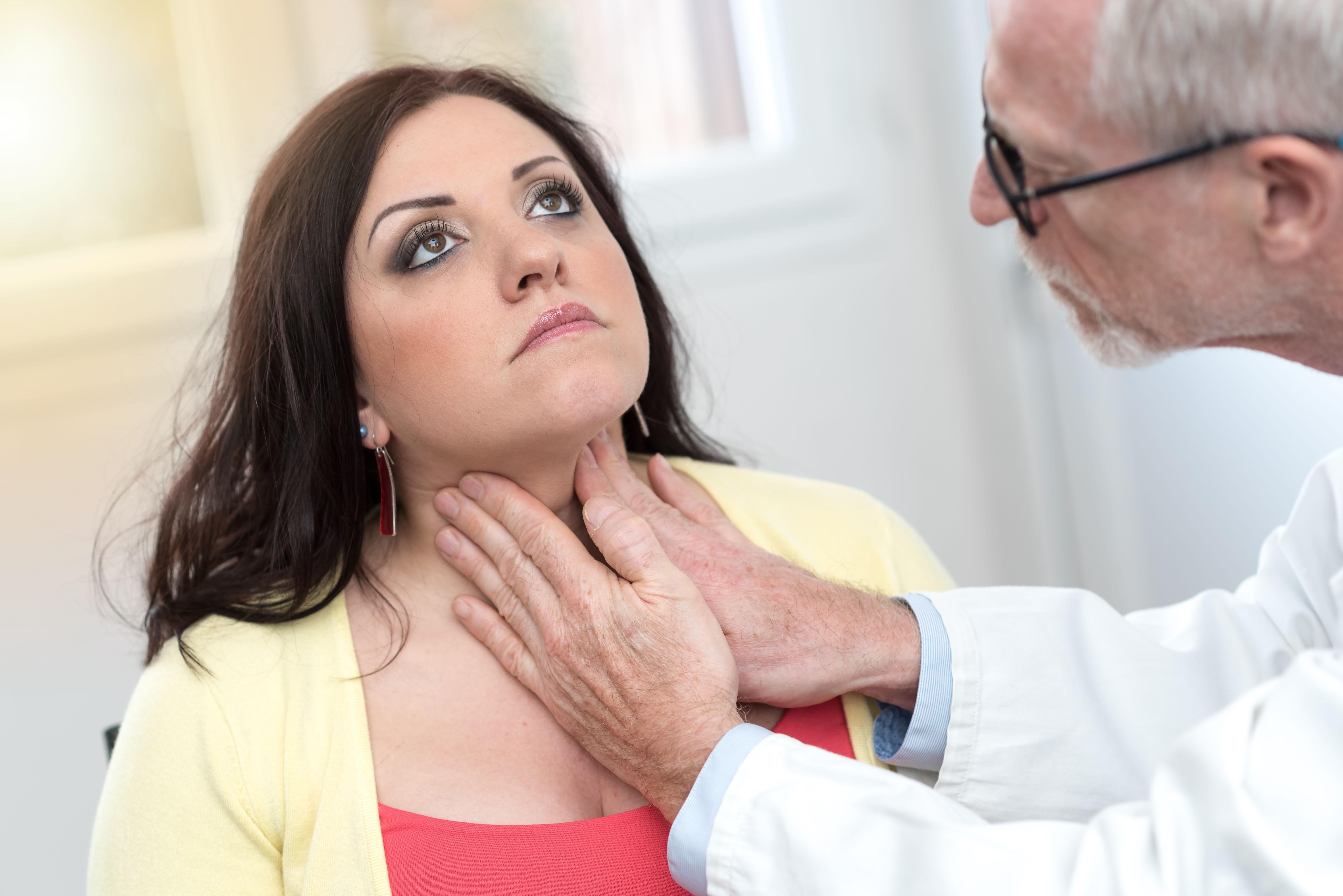 medico examinando paciente